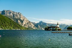 Montañas detrás de Schloss Ort, castillo medieval en el lago Traunsee, Salzkammergut, Austria imágenes de archivo libres de regalías