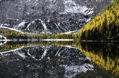 Montañas duplicadas en el lago Imagen de archivo libre de regalías