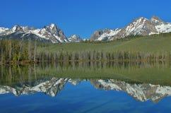 Montañas duplicadas en un lago Fotos de archivo