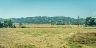 Montañas e hierba en el campo español de Córdoba, España Fotografía de archivo
