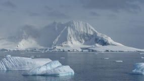Montañas e icebergs del hielo en la Antártida fotos de archivo libres de regalías
