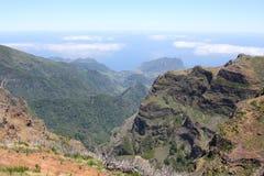 Montañas, el cielo, camino Foto de archivo libre de regalías