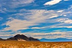 Montañas, el desierto y nubes imágenes de archivo libres de regalías
