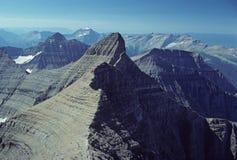 Montañas en el cielo imagenes de archivo