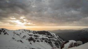 Montañas en el cielo de la puesta del sol del fondo almacen de video