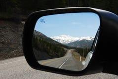 Montañas en el espejo fotos de archivo libres de regalías