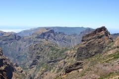 Montañas en el este de la isla Madiera. A continuación océano Fotos de archivo libres de regalías