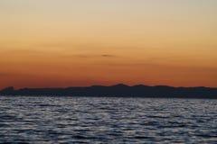 Montañas en el mar imagen de archivo