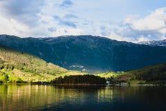 Montañas en el pueblo Ulvik en Noruega Foto de archivo