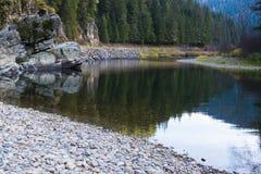 Montañas en el río Imagenes de archivo