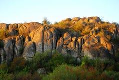 Montañas en el sol de la mañana en el amanecer fotos de archivo libres de regalías