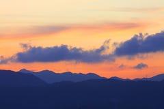 Montañas en el tiempo de la puesta del sol Fotos de archivo libres de regalías