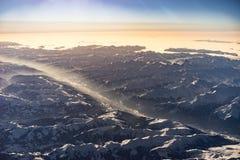 Montañas en invierno durante salida del sol del aire Fotos de archivo libres de regalías