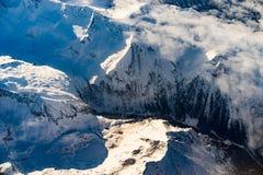 Montañas en invierno durante salida del sol del aire Imagenes de archivo