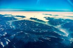 Montañas en invierno durante salida del sol del aire Foto de archivo libre de regalías