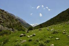 Montañas en la garganta de Galuyan, Kirguistán Foto de archivo