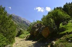 Montañas en la garganta de Galuyan, Kirguistán Imagen de archivo libre de regalías