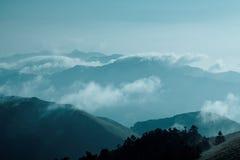 Montañas en la niebla Fotografía de archivo libre de regalías