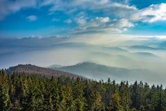 Montañas en la niebla Imágenes de archivo libres de regalías