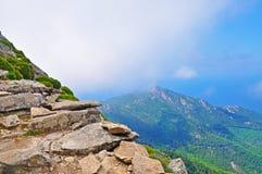 Montañas en la niebla foto de archivo