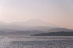 Montañas en la niebla de la mañana Imágenes de archivo libres de regalías