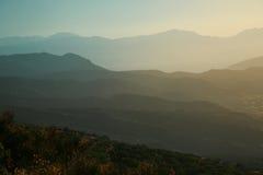 Montañas en la puesta del sol Foto de archivo libre de regalías