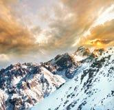 Montañas en la puesta del sol imagen de archivo