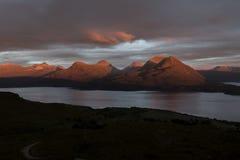 Montañas en la puesta del sol Imagen de archivo libre de regalías