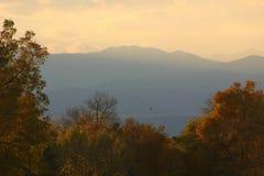 Montañas en la puesta del sol Fotos de archivo libres de regalías