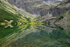 Montañas en la reflexión fotografía de archivo libre de regalías