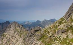 Montañas en las montañas con las nubes Foto de archivo