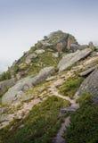Montañas en las montañas con las nubes Fotos de archivo