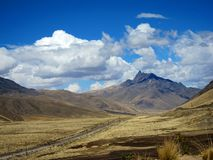 Montañas en las montañas de los Andes, Perú Fotos de archivo
