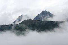 Montañas en las nubes foto de archivo