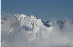 Montañas en las nubes Fotos de archivo