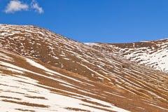 Montañas en Namco, Tíbet de la nieve Fotos de archivo libres de regalías