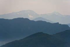 Montañas en neblina Imagen de fondo Foto de archivo