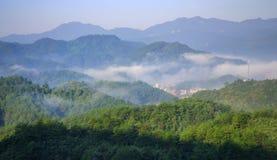 Montañas en niebla Fotos de archivo