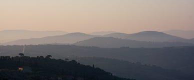 Montañas en niebla de la mañana Foto de archivo libre de regalías