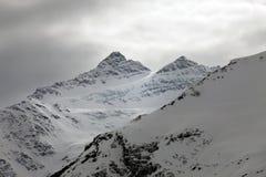 Montañas en nieve en tiempo nublado Fotos de archivo libres de regalías