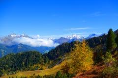 Montañas en otoño imagenes de archivo