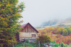 Montañas en otoño Almacén abandonado en montañas Nationa Imagenes de archivo