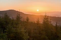 Montañas en puesta del sol fotografía de archivo libre de regalías