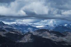 Montañas en un día nublado Imágenes de archivo libres de regalías