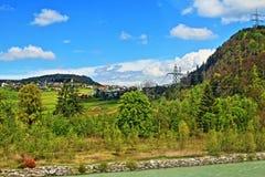 Montañas enfermas Vorarlberg Austria de las montañas de River Valley Imagen de archivo libre de regalías