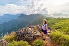 Montañas escénicas turísticas de la muchacha Imágenes de archivo libres de regalías