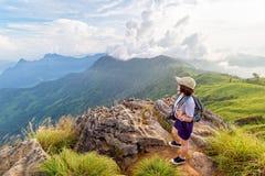 Montañas escénicas turísticas de la muchacha Imagen de archivo libre de regalías