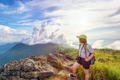 Montañas escénicas turísticas de la muchacha Fotos de archivo libres de regalías