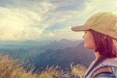 Montañas escénicas turísticas de la muchacha del vintage Imagen de archivo