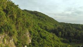 Montañas filipinas de las colinas Naturaleza hermosa Vuelo y tiroteo con un abejón metrajes